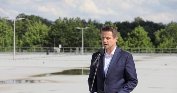 """Rząd nie chce mówić o stanie finansów, """"dziura Morawieckiego"""" podobno sięga 100 mld zł, podobno szykują się olbrzymie podwyżki podatków - powiedział Rafał Trzaskowski kandydat na prezydenta z ramienia KO w TVN24.  Zaznaczył, że chce być osobą niezależną, która będzie wetować złe rozwiązania."""