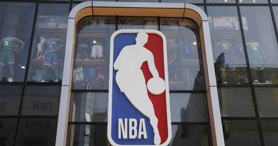 Do 25 wzrosła liczba koszykarzy ligi NBA zakażonych koronawirusem. W czwartek zanotowano dziewięć nowych przypadków. Ponadto infekcję wykryto u dziesięciu członków sztabów szkoleniowych. Rozgrywki mają być wznowione 30 lipca.