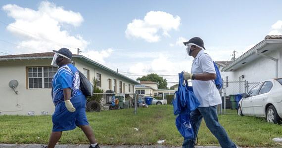 W Stanach Zjednoczonych wykryto w ciągu doby rekordową liczbę 55 274 przypadków koronawirusa - poinformował Reuters. W aż 36 stanach rośnie odsetek testów z wynikiem pozytywnym.