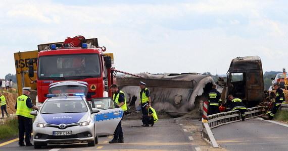 """Pęknięta opona cysterny - to według wstępnych ustaleń policjantów ruchu drogowego prawdopodobna przyczyna katastrofy drogowej na krajowej """"jedynce"""" w Bogusławicach w powiecie częstochowskim - podała w komunikacie śląska policja. Na trasie zderzyły się dwie ciężarówki oraz autokar rejsowy. Rannych zostało 36 osób. 23 z nich trafiły do szpitala."""