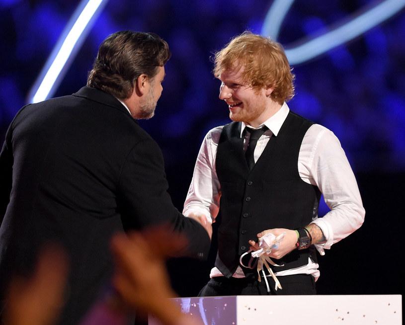 W najnowszym wywiadzie Russell Crowe przyznał się, że pewien wieczór spędzony w towarzystwie Eda Sheerana, z którym się przyjaźni, zakończył się imprezą godną królów rock'n'rolla. Panowie wypili sporo alkoholu, a za kieliszek służyła im statuetka Grammy należąca do Johnny'ego Casha