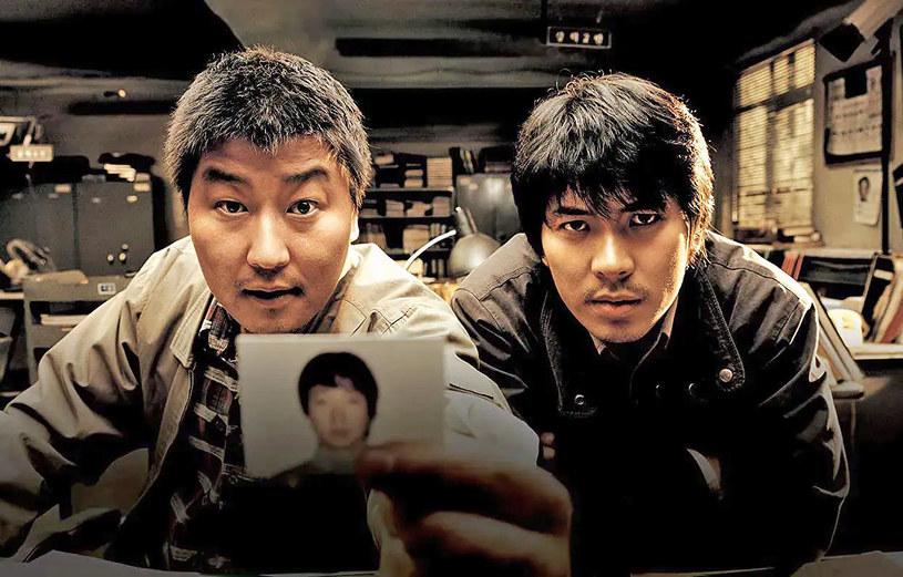 """""""Zagadka zbrodni"""" to film, który przyniósł rozgłos południowokoreańskiemu reżyserowi Bongowi Joon-ho, późniejszemu twórcy oscarowego """"Parasite"""". Jego scenariusz oparty został na jednej z najbardziej zagadkowych spraw kryminalnych w historii Korei Południowej. W czwartek, 2 lipca, policja ogłosiła, że ujęła sprawcę. Od razu oficjalnie przeproszono też niewinnego mężczyznę, który na skutek błędów w śledztwie spędził za kratkami 20 lat. Przeprosin doczekali się także bliscy ofiar zbrodniarza."""
