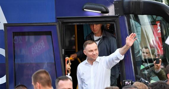 """Coraz więcej wiemy o sprawie mężczyzny ułaskawionego przez prezydenta Andrzeja Dudę. """"Fakt"""" na podstawie aktów sądowych opisał, jak skazany znęcał się nad rodziną i molestował niepełnoletnią córkę. Z kolei w rozmowie z portalem wpolityce.pl konkubina ułaskawionego stwierdziła, że mężczyzna przeszedł przemianę. Rzecznik prezydenta Błażej Spychalski ocenił, że to, co dzieje się wokół sprawy, jest """"obrzydliwe i cyniczne"""". Do sprawy odniósł się też sam prezydent w rozmowie z Polsat News."""