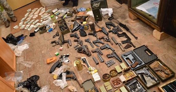 Nielegalny arsenał broni na terenie jednej z posesji w powiecie kłodzkim na Dolnym Śląsku. Trafiła na niego policja i Straż Graniczna. Zatrzymano dwóch mężczyzn.