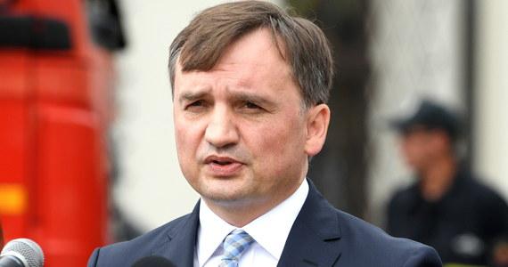 Prezydent nie ułaskawił pedofila z ani jednego dnia kary, pedofil odbył całą karę, a prezydent zastosował prawo łaski wobec prośby ofiary, zaś środek karny, który skrócono, stosuje się tylko i wyłącznie dla ofiary - powiedział minister sprawiedliwości-prokurator generalny Zbigniew Ziobro.
