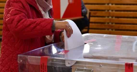 Chęć głosowania korespondencyjnego w kraju przed II turą wyborów prezydenckich wyraziło dodatkowo ponad 18 tys. wyborców. Łącznie w kraju korespondencyjnie będzie głosowało ponad 213 tys. wyborców - przekazała szefowa KBW Magdalena Pietrzak.