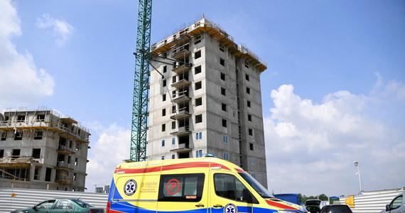 Tragiczny wypadek na budowie wieżowca przy ul. Bałtyckiej w Rzeszowie. Zginęło dwóch mężczyzn, którzy pracowali przy rozbiórce rusztowania. Robotnicy spadli z 11. piętra.