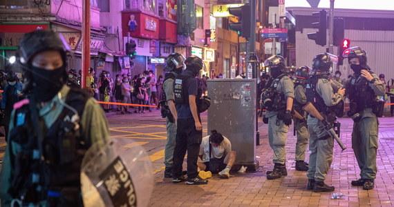 Władze Hongkongu postawiły pierwsze zarzuty na mocy nowego kontrowersyjnego prawa o bezpieczeństwie państwowym, narzuconego regionowi przez rząd centralny ChRL. 23-latek został oskarżony o terroryzm i podżeganie do secesji - podały lokalne media.