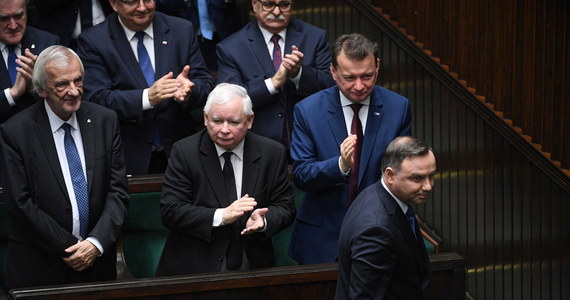 Politycy Prawa i Sprawiedliwości chcą zrezygnować - to ustalenia dziennikarzy RMF FM - ze zwoływania w przyszłym tygodniu dodatkowego posiedzenia Sejmu. Właśnie na tym posiedzeniu Sejm miał zatwierdzić ustawę o bonie turystycznym - tak, by prezydent Andrzej Duda mógł pochwalić się podpisaniem jej jeszcze przed II turą wyborów prezydenckich.