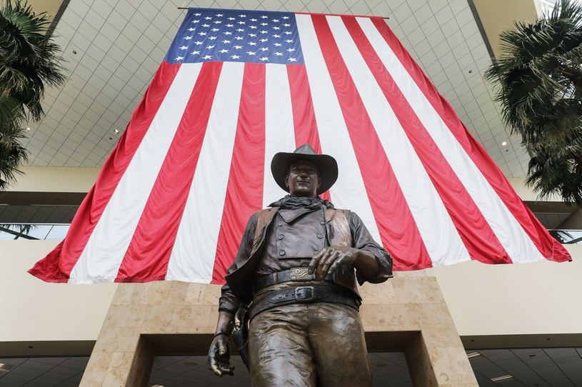 Najsłynniejszy amerykański aktor grający w westernach, John Wayne, jest od 1979 r. patronem lotniska w hrabstwie Orange w Kalifornii. Teraz politycy Partii Demokratycznej chcą usunąć nazwisko gwiazdora z nazwy tego portu, zarzucając mu, żeby był rasistą.