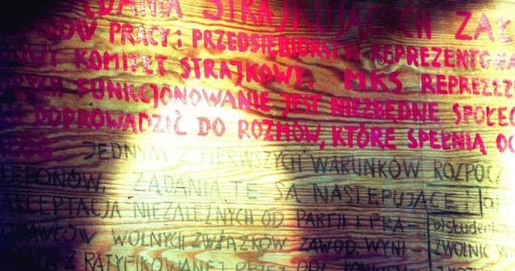 Europejskie Centrum Solidarności w Gdańsku nie zwróci Narodowemu Muzeum Morskiemu słynnych tablic, na których podczas strajku w 1980 roku spisano 21 postulatów MKS. O północy minie termin zawartej w 2014 roku umowy depozytu, na mocy której wpisane na Listę Światowego Dziedzictwa UNESCO tablice są eksponowane na wystawie stałej w ECS. Niewykluczone, że sprawa znajdzie swój finał w sądzie.