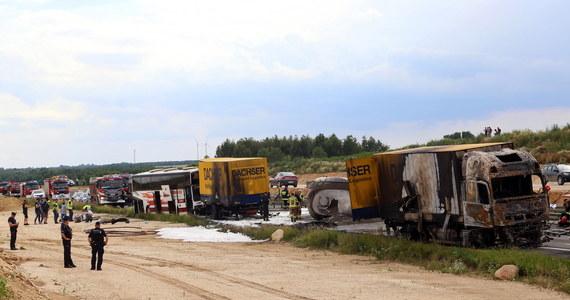 """Zarzut nieumyślnego spowodowania katastrofy w ruchu lądowym, zagrażającej życiu lub zdrowiu wielu ludzi albo mieniu w wielkich rozmiarach, usłyszał kierowca cysterny, która uczestniczyła w czwartkowym wypadku na krajowej """"jedynce"""" w Bogusławicach niedaleko Częstochowy. Na trasie zderzyły się dwie ciężarówki i autokar rejsowy, 23 rannych trafiło do szpitali."""