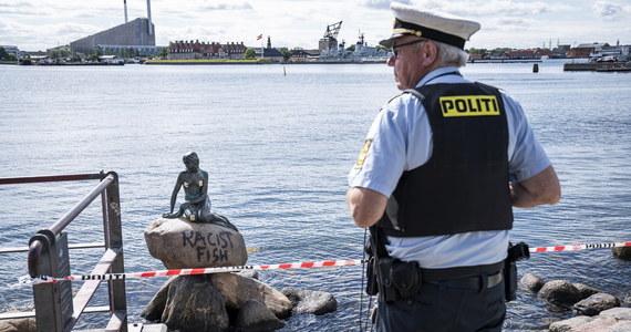 """Wandale po raz kolejny zniszczyli pomnik Małej Syrenki znajdujący się na nabrzeżu stolicy Danii, Kopenhagi. Ktoś napisał na kamieniu: """"Rasistowska ryba""""."""