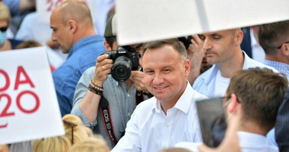 Pałac Prezydencki nadal będzie otwarty i każdy będzie w nim przyjmowany, czy jest zadowolony czy jest niezadowolony - zapewnił prezydent Andrzej Duda w Bolesławcu (woj. dolnośląskie). Chcę, żebyśmy wspólnie budowali piękną i silną Polskę – podkreślił w kolejnym dniu kampanii przed II turą wyborów prezydenckich 12 lipca.