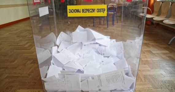 Pozytywny wynik badania na koronawirusa ma członkini komisji wyborczej w gminie Jasieniec koło Grójca na Mazowszu. Testy nie wykazały natomiast zakażenia u członków jej rodziny: mąż i teść kobiety, którzy zasiadali w dwóch innych komisjach wyborczych na terenie tej samej gminy, uzyskali negatywne wyniki badań. Oznacza to, że na wyniki testów czekają już tylko członkowie okręgowej komisji, którzy w niedzielę 28 czerwca pracowali razem z zarażoną kobietą.