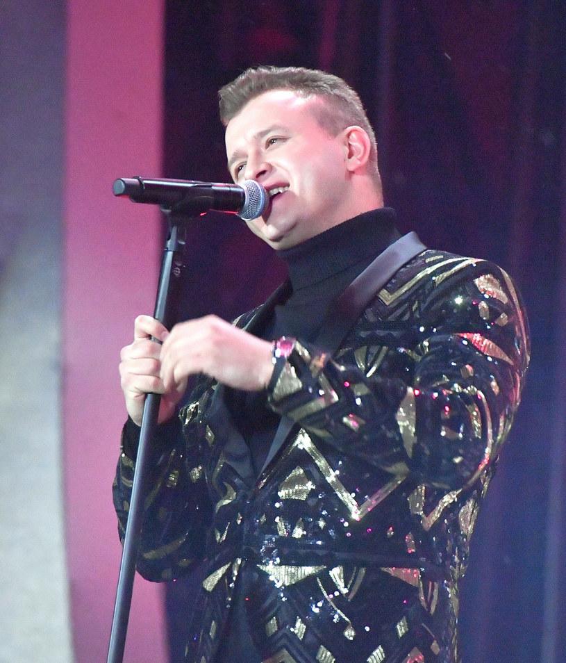 """Do sieci właśnie trafił teledysk """"Nosiłem kwiaty ci"""", którym swoją solową karierę rozpoczyna Dawid Narożny, były wokalista discopolowej grupy Piękni i Młodzi."""