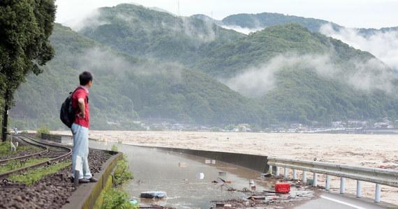 Tysiące żołnierzy zostało wysłanych na wyspę Kiusiu na południu kraju do wsparcia akcji ratunkowych w związku z bezprecedensowymi ulewami - poinformował premier Japonii Shinzo Abe. W wyniku ulewnych deszczy i burz zaginęło osiem osób, a trzy poważnie ucierpiały.