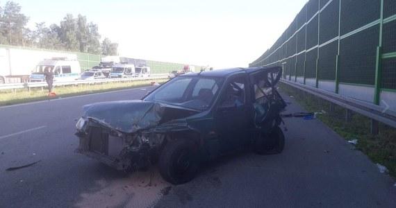 Zarzuty spowodowania wypadku ze skutkiem śmiertelnym i ucieczki z miejsca zdarzenia usłyszał kierowca audi Q7, które w czwartek na autostradzie A1 w okolicach Łodzi uderzyło z bardzo dużą siłą w tył hondy prowadzonej przez 51-letniego mężczyznę: w efekcie honda uderzyła w barierkę, a jej kierowca wypadł przez szybę. Na skutek rozległych obrażeń głowy 51-latek zginął na miejscu. Zarzut usłyszał również pasażer audi: chodzi o posiadanie narkotyków.