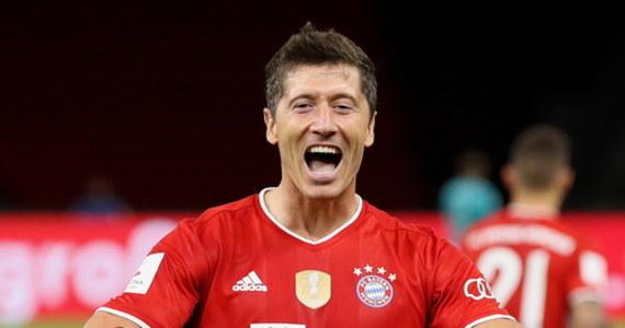 """Trener Bayernu Monachium Hansi Flick po raz kolejny chwali Roberta Lewandowskiego, strzelca dwóch goli w finale Pucharu Niemiec z Bayerem Leverkusen (4:2). """"Życzę mu, żeby został Piłkarzem Roku, spełnił ku temu wszystkie warunki"""" - ocenił. Polak i jego koledzy dostali 13 dni wolnego."""