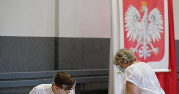Warszawa wciąż szuka chętnych do pracy w obwodowych komisjach wyborczych. To dlatego że spodziewana jest rekordowa frekwencja w II turze wyborów prezydenckich 12 lipca. W stolicy do obsadzenie jest jeszcze blisko 2 tysiące miejsc w prawie 800 komisjach.