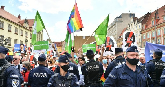 Po sobotnim wiecu wyborczym prezydenta Andrzeja Dudy we Wrocławiu policja zamierza skierować do sądu wnioski o ukaranie organizatorów dwóch największych zgromadzeń – zwolenników urzędującego prezydenta oraz jego przeciwników. Według policji w obu zgromadzeniach uczestniczyło zbyt dużo osób.