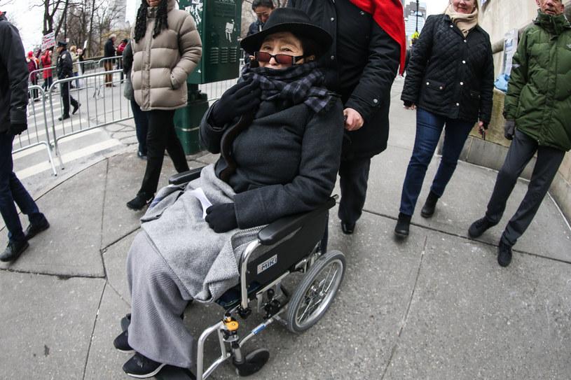 Wdowa po Johnie Lennonie, Yoko Ono musi poruszać się na wózku. Pojawiły się nowe doniesienia o jej stanie zdrowia.
