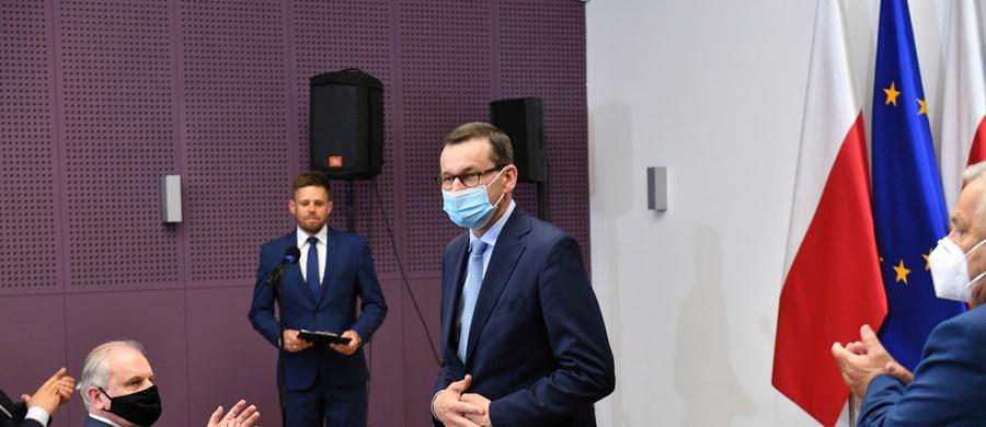 """W czasie wizyty w Czarnem na Pomorzu premier Mateusz Morawiecki zapowiedział powołanie funduszu patriotycznego. """"Będzie służył budowaniu postaw patriotycznych, będzie wspierał pasjonatów historii, pasjonatów, którzy biorą udział w grupach rekonstrukcyjnych"""" – tłumaczył. Dodał, że ten fundusz ma wspierać też fundacje i stowarzyszenia o """"profilu patriotycznym""""."""