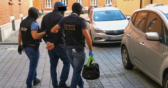 Funkcjonariusze Centralnego Biura Śledczego Policji i śledczy z Prokuratury Krajowej rozbili grupę przestępczą, której członkowie fałszowali faktury VAT. W wyniku działania grupy Skarb Państwa mógł stracić 76 mln zł.