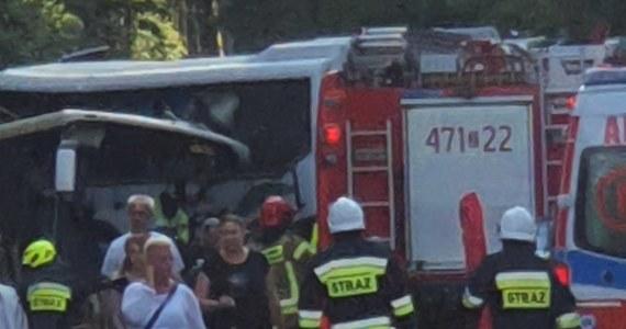 Zderzenie autokaru, autobusu i osobówki w Dźwirzynie (woj. zachodniopomorskie). Ze wstępnych informacji wynika, że rannych zostało 16 osób, w tym 1 dziecko. Informację o wypadku i zdjęcie z miejsca zdarzenia dostaliśmy na Gorącą Linię RMF FM.