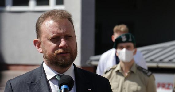 """""""Środki ochrony i dystans dają gwarancję, że udział w wyborach jest bezpieczny"""" - ocenił w Polsat News szef resortu zdrowia Łukasz Szumowski. Stwierdził, że po analizie wszystkich powiatów w Polsce sytuacja epidemiczna w naszym kraju się poprawiła. Zabrał też głos w sprawie wieców wyborczych, podczas których niewiele osób przestrzega zasad dystansowania społecznego."""