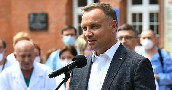 O godz. 11:30 prezydent Andrzej Duda podpisze projekt zmiany konstytucji i skieruje go do Sejmu - poinformował rzecznik prezydenta Błażej Spychalski. Chodzi o zapisanie w konstytucji wykluczenia adopcji dziecka przez osobę pozostającą w związku jednopłciowym.