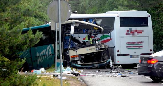 Jest śledztwo w sprawie zderzenia dwóch autokarów i busa w Dźwirzynie w Zachodniopomorskiem. Jak dowiedział się reporter RMF FM, jako podstawą przyjęto artykuł o sprowadzeniu niebezpieczeństwa katastrofy. Rannych zostało 14 osób, 5 trafiło do szpitala.