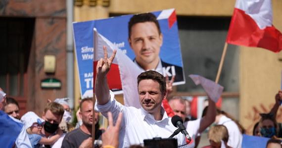 """""""Jeżeli prezydent Andrzej Duda wygra wybory, to PiS będzie dalej dokręcał śrubę wszystkim niezależnym instytucjom i niestety na celownik znowu weźmie niezależne od władzy sądy"""" - stwierdził dzisiaj prezydencki kandydat Koalicji Obywatelskiej Rafał Trzaskowski. Jak podkreślił: """"Ja mówię od wielu, wielu tygodni o tym, że każdą decyzję rządu PiS, która będzie dalej uderzać w polskie sądy, zawetuję""""."""