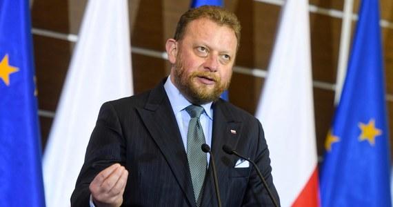 """Oddanie głosu w lokalu wyborczym w niedzielę jest bezpieczniejsze pod względem ryzyka zakażenia koronawirusem, niż wyjście do restauracji czy sklepu - powiedział w programie """"Rzecz o polityce"""" minister zdrowia Łukasz Szumowski."""