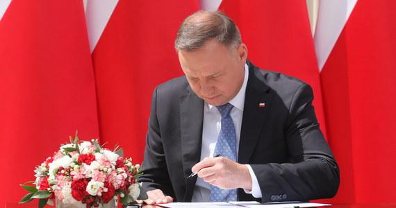 Prezydent Andrzej Duda podpisał projekt zmiany konstytucji, który wprowadza do ustawy zasadniczej zapis, że wykluczona jest adopcja dziecka przez osobę pozostającą w związku jednopłciowym. Zapowiedział, że jeszcze dziś skieruje go do Sejmu.