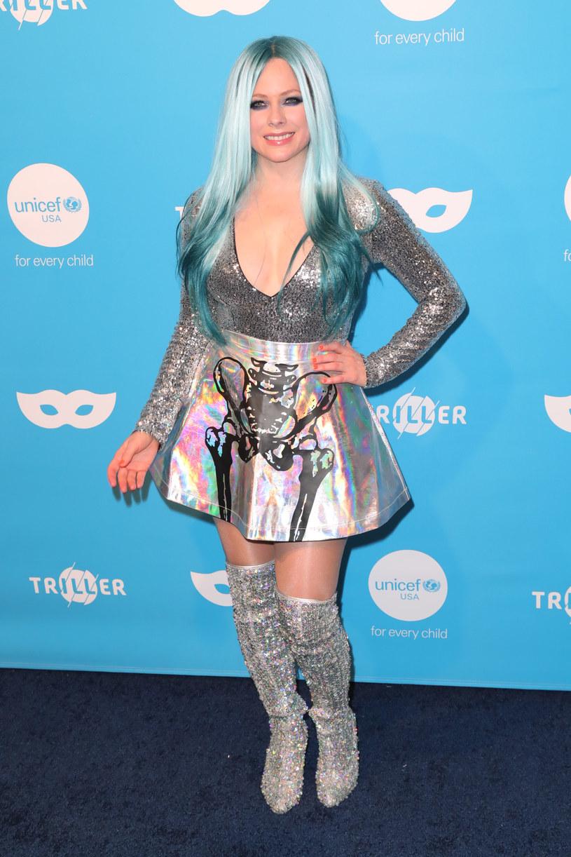 """Wokalistka Avril Lavigne znalazła ciekawy sposób na to, by zachęcić fanów do słuchania nowego singla """"We Are Warriors"""". Gdy tylko piosenka została opublikowana w mediach społecznościowych, Kanadyjka zmieniła swoje zdjęcie profilowe. Na nowym pozuje w """"stroju Ewy"""", a """"listkiem figowym"""" jest jej gitara. Nie to jednak przykuło uwagę internautów, którzy szydzą z grafika, będącego autorem tego kiczowatego obrazka."""