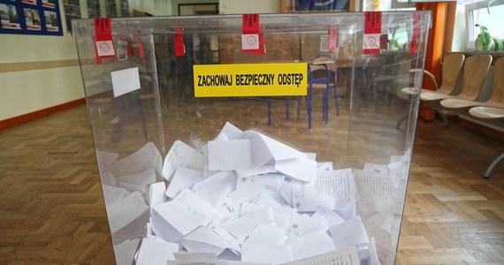 Niemal 400 tysięcy ludzi, którzy przed pierwszą turą wyborów prezydenckich dopisali się do spisów wyborców w innych niż własna gminach, by zagłosować poza miejscem zamieszkania, w drugiej turze 12 lipca musi oddać głos w tym samym miejscu. Wielu wyborców, którzy zdecydowali się na takie rozwiązanie, bo np. wyjeżdżali na wakacje, nie zdawało sobie z tego sprawy. Od naszych Słuchaczy i Internautów dostajemy wiele takich sygnałów.