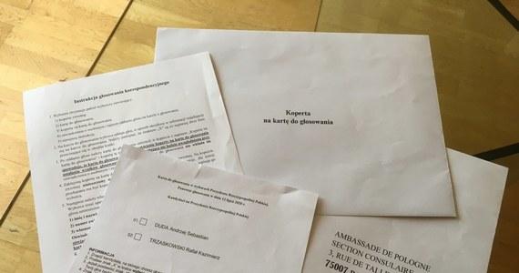 Najpóźniej we wtorek pakiety wyborcze otrzymają pocztą osoby, które wyraziły zamiar udziału w drugiej turze polskich wyborów prezydenckich we Francji. Przypomnijmy, że nad Sekwaną odbywa się ona wyłącznie korespondencyjnie. Chętnych do udziału w głosowaniu 12 lipca jest we Francji o 4 tysiące więcej niż w pierwszej turze. Tylko korespondencyjnie można również głosować w Wielkiej Brytanii. Przed drugą turą wyborów zarejestrowało się tam dodatkowo 50 tys. osób. Wszystkie pakiety wyborcze są już w drodze - informuje korespondent RMF FM w Londynie Bogdan Frymorgen.