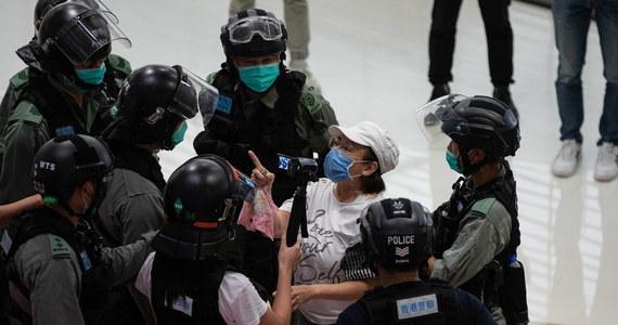 """""""Hongkońskie biuro edukacji poleciło szkołom, aby oceniły używane przez siebie podręczniki i natychmiast zrezygnowały z tych, które mogą naruszać kontrowersyjne prawo o bezpieczeństwie państwowym, narzucone regionowi przez Pekin"""" – przekazały miejscowe media."""