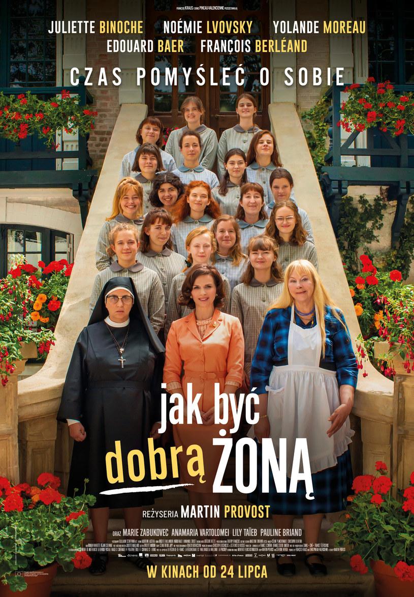 """""""Jak być dobrą żoną"""", pełna wdzięku i humoru opowieść o kobiecości, równości płci oraz o tym, że małżeństwo to prawdziwa szkoła przetrwania, po otwarciu kin we Francji dwukrotnie znalazła się na pierwszym miejscu tamtejszego box office."""
