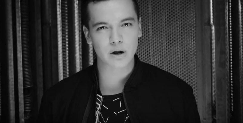 """Sebastian Athie - piosenkarz i aktor, znany głównie dzięki serialowi """"Jedenastka"""" - zmarł 4 lipca w wieku 24 lat. Nie ujawniono przyczyny śmierci młodego gwiazdora."""