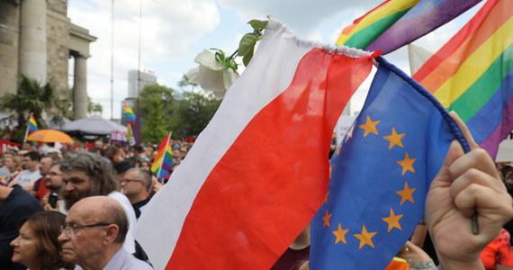 """Eurodeputowani ostrzegają, że Parlament Europejski nie wyrazi zgody na budżet UE na lata 2021-2027, jeżeli nie będzie uzależniony od przestrzegania zasad praworządności. To ostrzeżenie wyraziła w opinii do krytycznego raportu nt. praworządności w Polsce Lópeza Aguilara, Komisja Praw Kobiet i Równouprawnienia PE. Komisja chce także zawieszenia funduszy regionom, które zadeklarowały się """"strefami wolnymi od LGBT""""."""