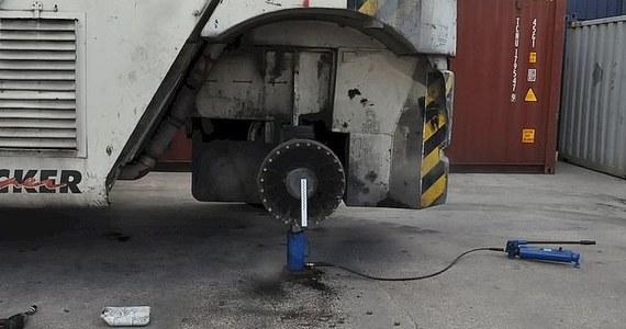 Policja ustala okoliczności tragicznego wypadku w miejscowości Kobylany (Lubelskie), w którym podczas pracy poniósł śmierć pracownik firmy przeładunkowej. Mężczyznę uderzyło koło zerwane z maszyny służącej do przewożenia kontenerów kolejowych.