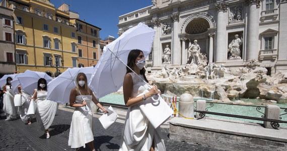 Przed fontanną di Trevi w Rzymie - jednym z najsłynniejszych zabytków tego miasta - odbył się nietypowy protest. Uczestniczyły w nim kobiety, których śluby musiały zostać przełożone na późniejsze terminy w związku z restrykcjami wprowadzonymi w ramach walki z koronawirusem.