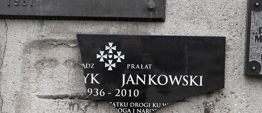 """""""Płyta poświęcona ks. Jankowskiemu została zamontowana na murze przy pl. Solidarności w 2010 r. w 30. rocznicę podpisania porozumień sierpniowych. W tym roku obchodzimy 40. rocznicę tych wydarzeń. Trudno sobie wyobrazić, żeby to miejsce pamięci nawet w najmniejszym stopniu było zdewastowane, stąd decyzja pani prezydent Aleksandry Dulkiewicz, żeby ta tablica została naprawiona"""" – poinformował rzecznik prezydent Gdańska Daniel Stenzel. Jak wyjaśnił, zniszczona w czerwcu tablica ma po naprawie wrócić na swoje miejsce do końca sierpnia."""