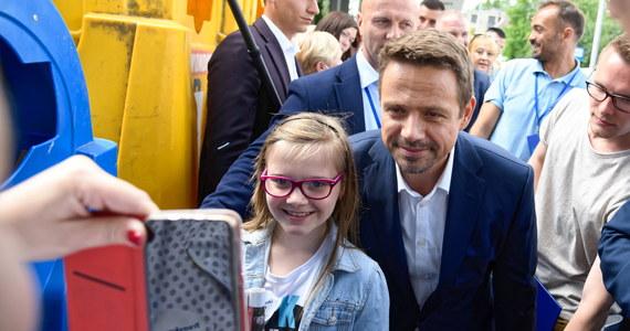 """""""Mamy arogancką władzę, której nikt nie patrzy na ręce, i mamy pana prezydenta, który tylko i wyłącznie czeka na to, żeby w nocy odebrać telefon od prezesa"""" - mówił dzisiaj w wielkopolskiej Trzciance rywal Andrzeja Dudy w wyborach prezydenckich Rafał Trzaskowski. Podkreślał również, że """"nie potrzebujemy, by Jarosław Kaczyński uczył nas, czym jest rodzina albo patriotyzm""""."""