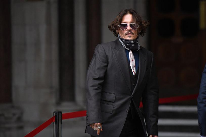 """Rozpoczęty 7 lipca przed sądem w Londynie proces o zniesławienie, który Johnny Depp wytoczył wydawcy dziennika """"The Sun"""", firmie News Group Newspapers, będzie obfitował w sensacyjne doniesienia. Już pierwszego dnia, podczas przesłuchania gwiazdora """"Piratów z Karaibów"""", padły kontrowersyjne wyznania. Aktor powiedział bowiem, że narkotyki towarzyszyły mu od najmłodszych lat, a zaczęło się od tabletek, które podkradał matce jako dziecko. Powiedział też, że poczęstował marihuaną swoją córkę, gdy ta miała 13 lat."""