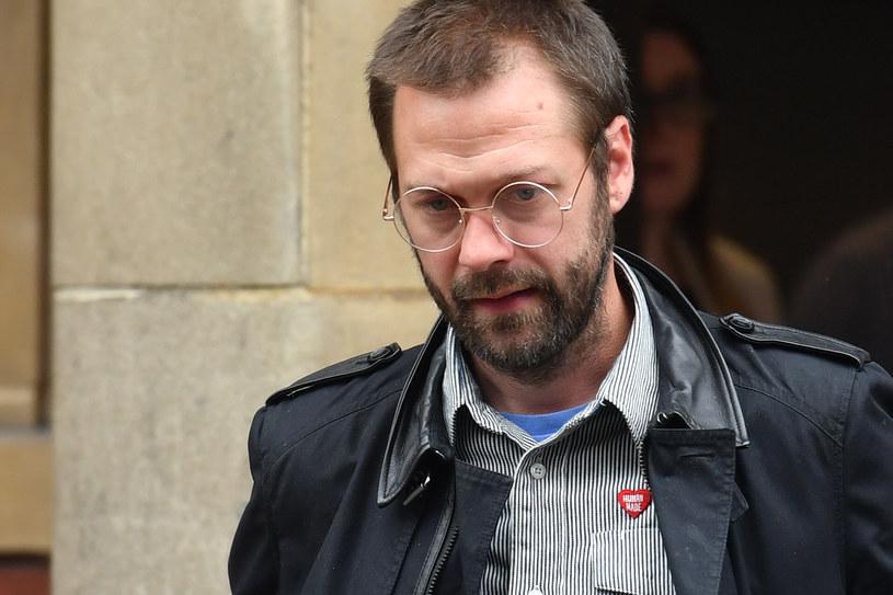 """200 godzin prac społecznych - taki wyrok usłyszał przed sądem w Leicester Tom Meighan, wokalista i lider brytyjskiej grupy Kasabian. Muzyk dzień wcześniej został poproszony o opuszczenie zespołu, by """"mógł skupić się na przywrócenie swojego życia na właściwe tory""""."""
