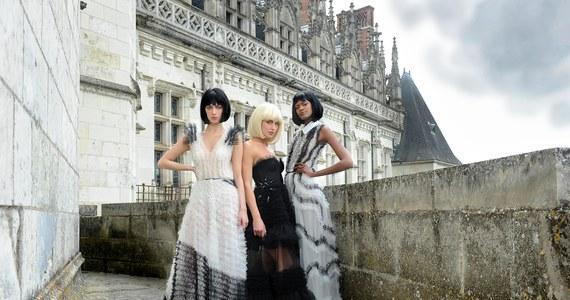 Polskie kreacje zaprezentowane zostały na paryskim przeglądzie Haute Couture – czyli ręcznego krawiectwa najwyższej klasy! Po tak sławnych firmach jak Dior czy Chanel, nowa kolekcje zaprezentował coraz bardziej znany warszawski dom mody La Metamorphose.