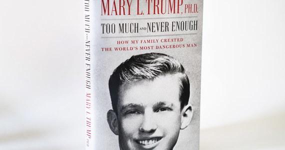 """Mary Trump, bratanica prezydenta Stanów Zjednoczonych napisała o nim pełną krytyki książkę pt. Too Much and Never Enough"""" (""""Zbyt wiele i nigdy dość"""" – red.). Skłócona z rodziną autorka twierdzi m.in., że """"reelekcja Trumpa byłaby końcem amerykańskiej demokracji"""". Pisze o narcystycznej osobowości wujka oraz o tym, że dostał się na studia, bo kolega napisał za niego test."""